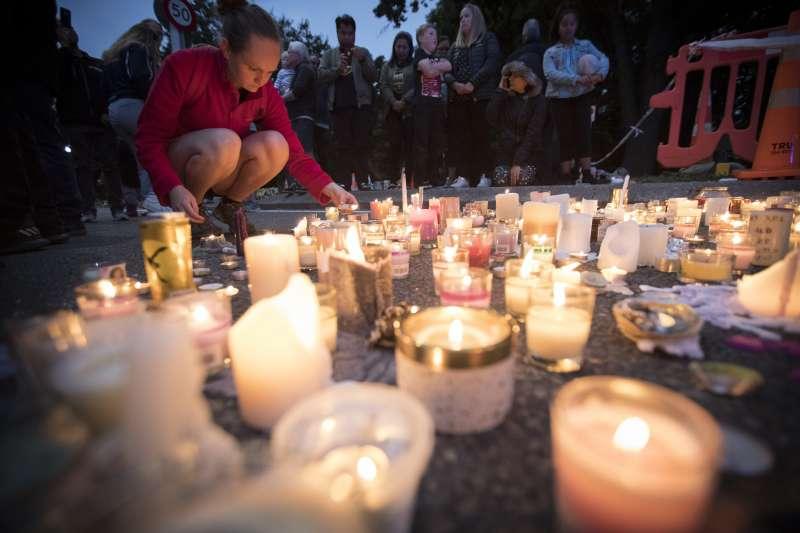 2019年3月18日,民眾在清真寺外放置蠟燭,以哀悼罹難者(AP)