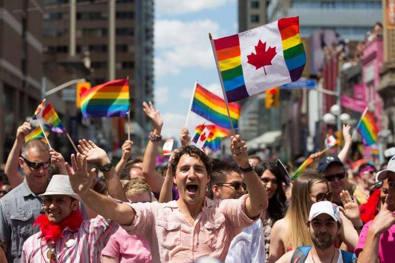2016年7月,加拿大總理杜魯道參加多倫多同志大遊行(美聯社)