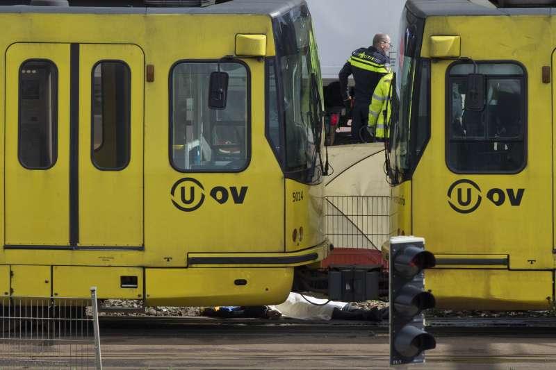 2019年3月18日,荷蘭中部大城烏特勒支發生槍擊案,造成多人死傷,地上疑似有白布蓋住的一名罹難者(AP)