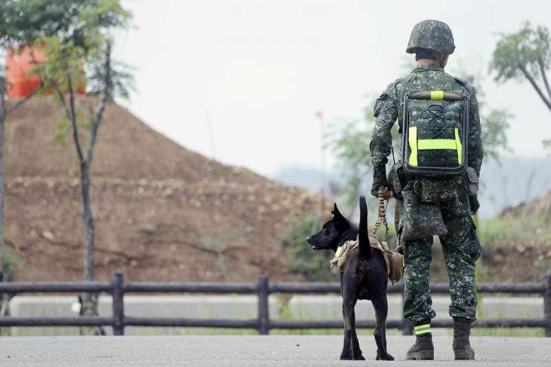 陸軍特戰指揮部特4營日前展開濱海要地行軍訓練,不僅官兵所到鄉鎮受到當地居民歡迎,還有一位「下士」同樣受到關注,牠是此次一同行軍的特戰犬「HOLA」(左)。(取自軍聞社)