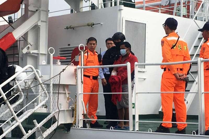 屏東東港一艘遠洋漁船「穩鵬號」上個月20日在印度洋海域發生喋血案。巡護8號歷經26天航程後,18日上午抵達高雄港,達成此次總距離7000公里的營救行動,創下海巡署、海巡特勤隊首例。(海巡署提供)