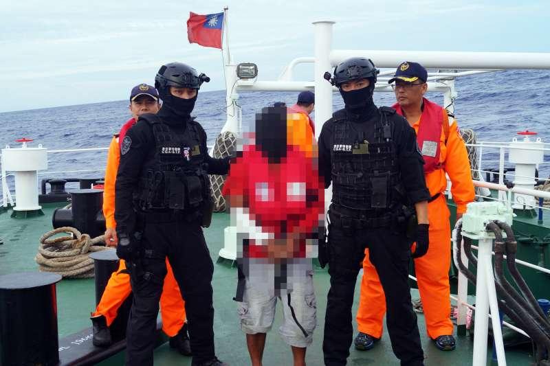 20190318-屏東東港一艘遠洋漁船「穩鵬號」上個月20日在印度洋海域發生喋血案。巡護8號歷經26天航程後,18日上午抵達高雄港,達成此次總距離7000公里的營救行動,創下海巡署、海巡特勤隊首例。(海巡署提供)