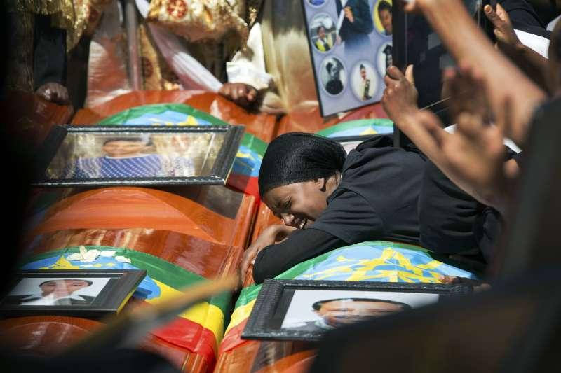 衣索比亞航空空難:罹難者家屬趴在棺材上傷痛欲絕(AP)