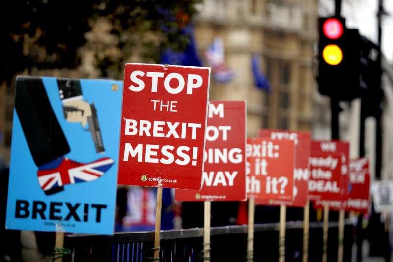 倫敦街頭的抗議標語:停止脫歐這一團亂!(美聯社)