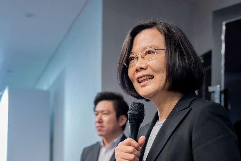 作者聲稱,很多台灣的讀書人,只會死讀書的讀死書,對人心如鬼域,天真有如小白兔。(資料照,總統府提供)