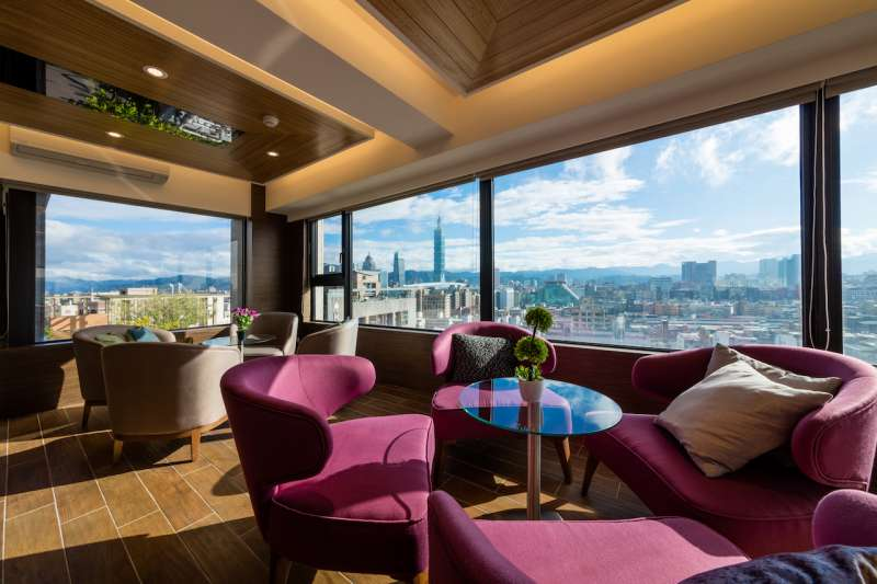 270度環景的SKY Lounge Bar,悠閒享受台北市中心的景觀。(圖/松菸墨香提供)