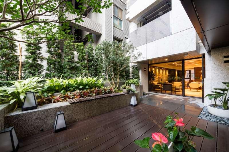 交誼廳外設有露台花園與吸菸區。(圖/柯承惠攝)