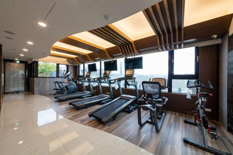 充滿陽光氣息的健身房,在跑步機上揮汗運動,身心格外放鬆。(圖/柯承惠攝)