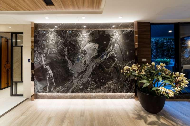 交誼廳中的「潑墨山水」天然石材,暗藏龍鳳圖騰凸顯高貴氣息。(圖/柯承惠攝)