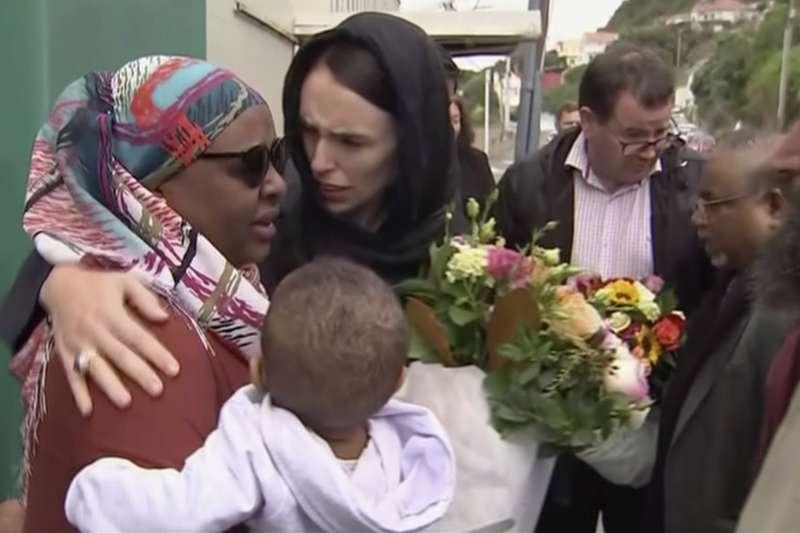 紐西蘭南島第一大城「基督城」兩座清真寺15日中午發生恐怖攻擊,總理雅頓16日前往探視當地穆斯林社群。(AP)
