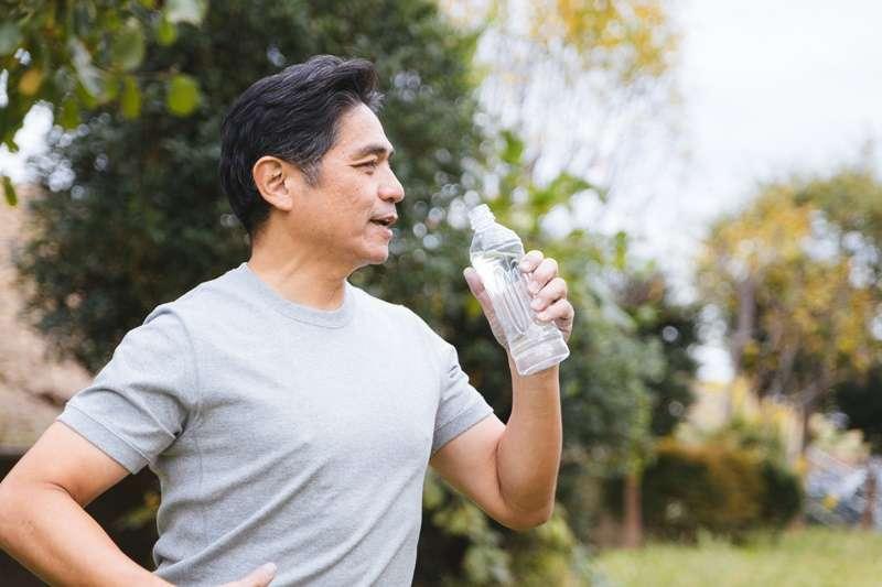 網路傳說:「喝太多水會讓體內濕氣太重」,這是事實,還是只是個迷思呢?(圖/よたか@pakutaso)