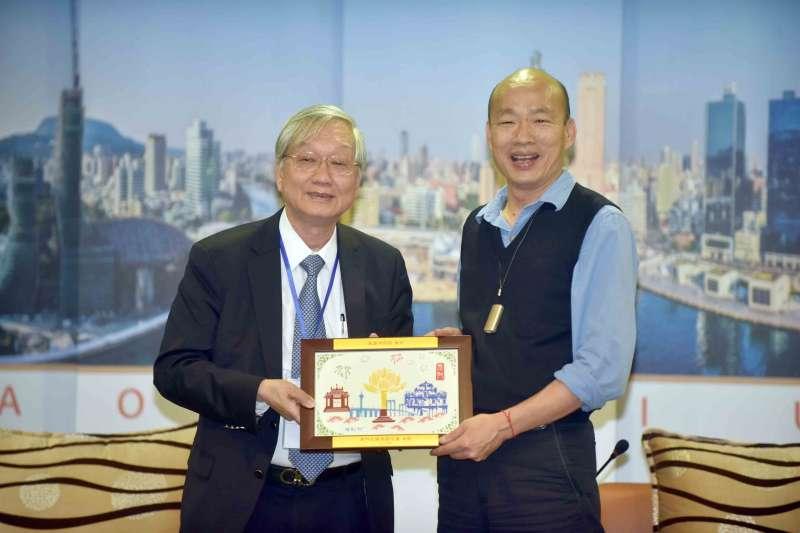 高雄市長韓國瑜(右)19日召開感謝記者會,致贈27家企業感謝狀,感謝其參與認養空氣清淨機和空調設備,響應捐贈金額近新台幣1億元。(高雄市政府提供)