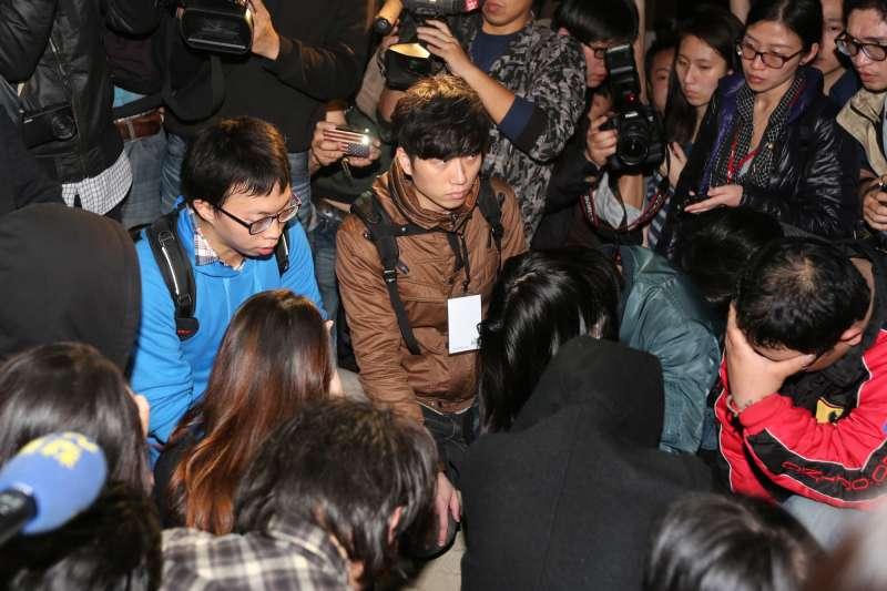 20140323-SMG0019-019-學生攻佔行政院,總指揮魏揚(藍衣者)。(余志偉攝)