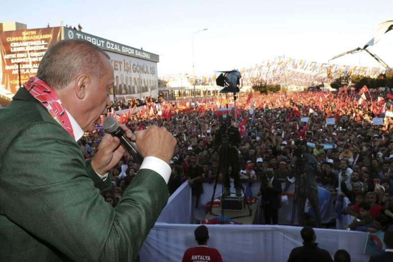 土耳其總統艾爾多安在造勢場合上談及紐西蘭恐攻,並播出基督城血案影片。(AP)