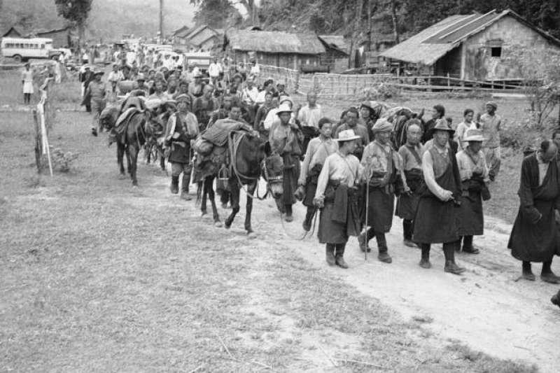 1959 年5月13日,一批西藏難民經過在喜馬拉雅山區六個月的跋涉,抵達印度東南邊境。(美國之音)