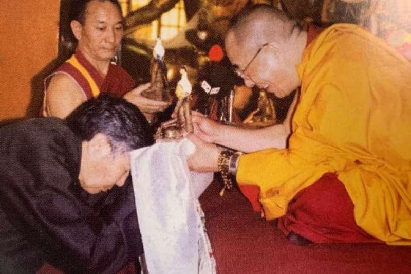 80年代,夏伍·洛桑塔杰在印度達蘭薩拉向達賴喇嘛敬獻哈達。(美國之音)