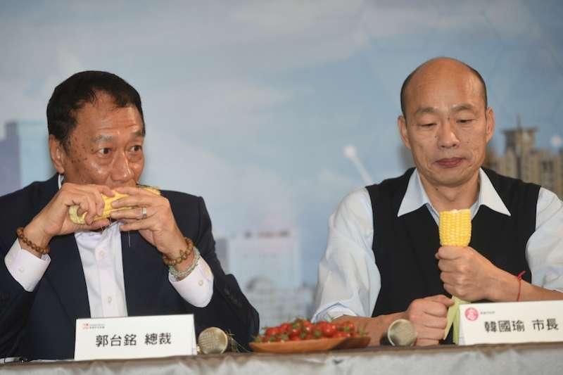 鴻海集團總裁郭台銘(左)及高雄市長韓國瑜試吃永齡科技農場所種出的生機玉米。(圖/徐炳文攝)