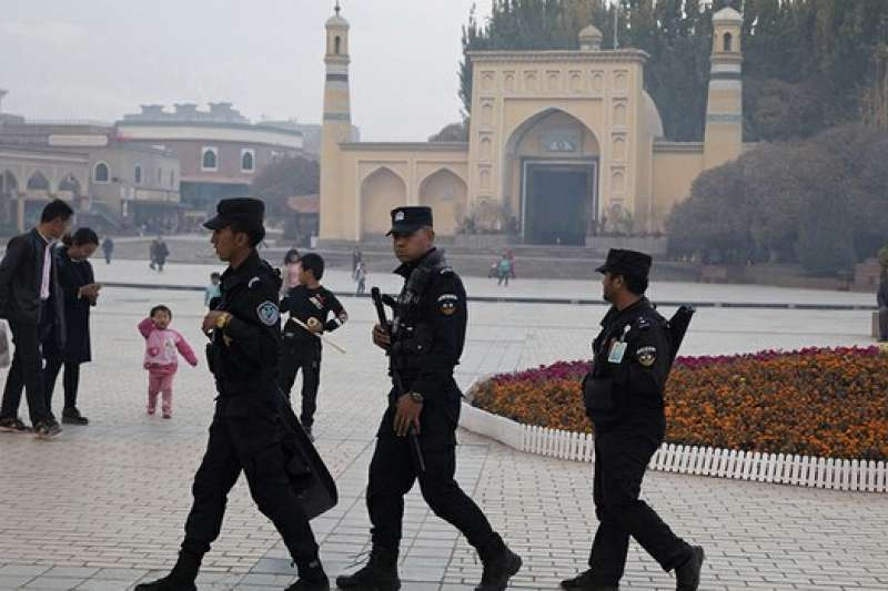 在新疆喀什一座清真寺外巡逻的警察。(美聯社)