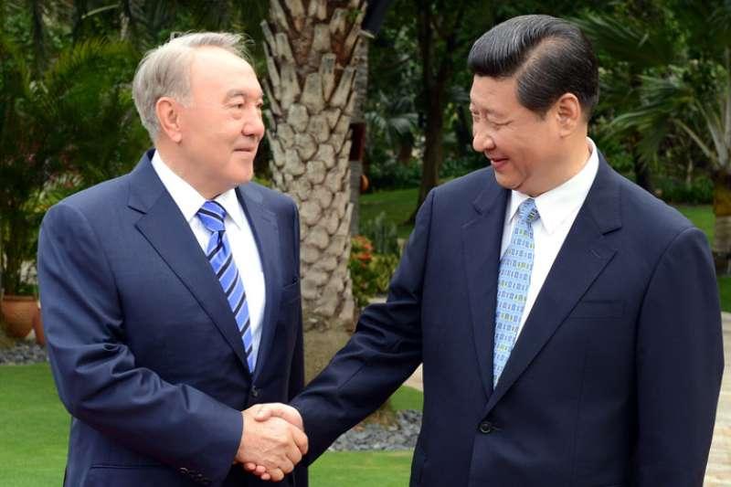 哈薩克總統納扎爾巴耶夫(Nursultan Nazarbayev)2013年與中國領導人習近平會面(Wikipedia / Public Domain)