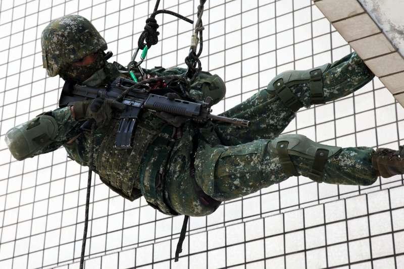 陸軍特戰部隊濱海城鎮訓練,官兵以俐落身手展現有如「蜘蛛人」般飛簷走壁的特戰戰技。(陸軍司令部提供)
