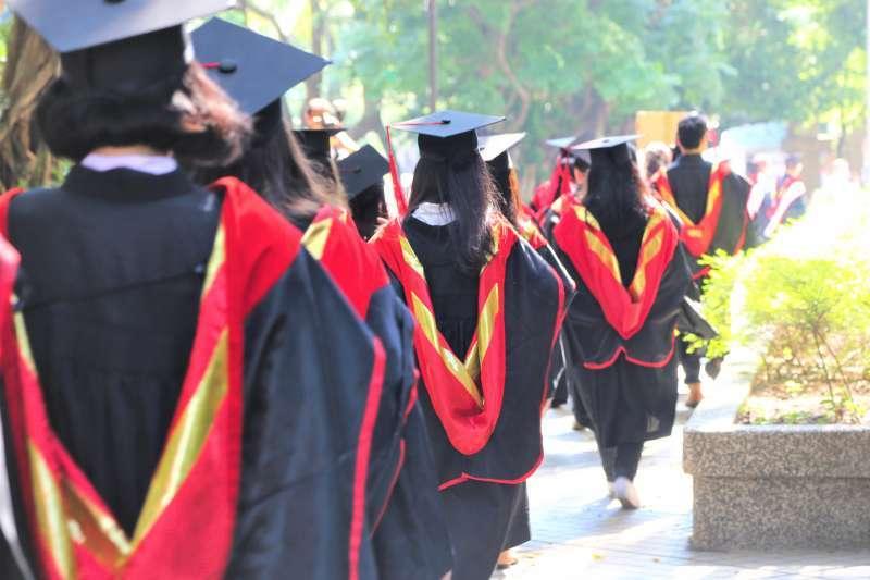 媒體一天到晚炒作「大學畢業生22K薪資」,現在連台大畢業都有一堆人在待業。你還覺得大學非讀不可嗎?(圖/Yu-Chan Chen@flickr)