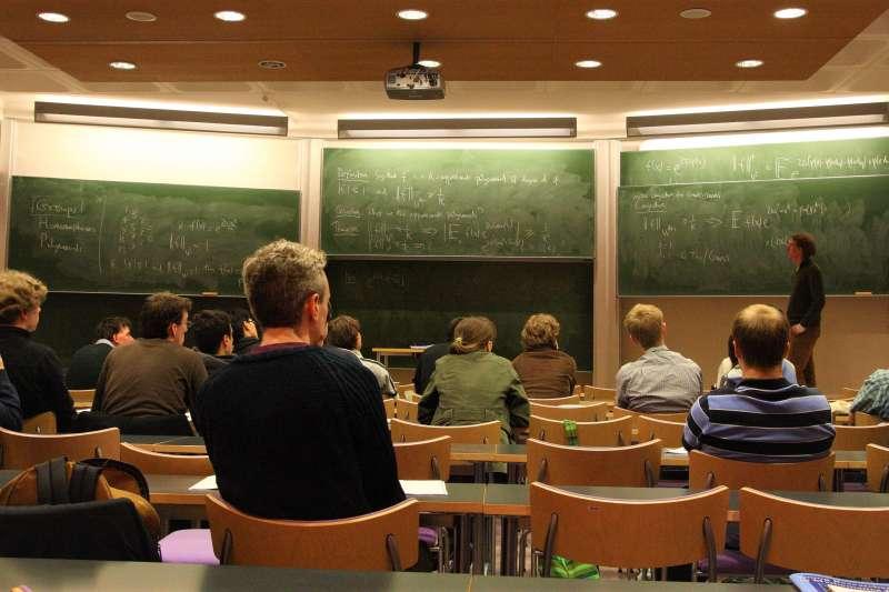 許多大學新鮮人常抱怨教授講課不知所云、報告作業全靠自己...但事實上,或許是這些新鮮人誤解了高等教育的意義。(圖/Ed Brambley@flickr)