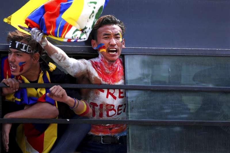 流亡藏人在新德里示威,要求中國政府讓達賴喇嘛返回西藏。(美聯社)