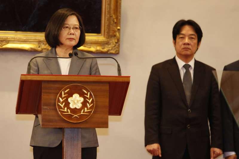 總統蔡英文(左)明起出國替台灣拚外交,她的總統初選對手、前行政院長賴清德(右)說,自總統回國前,將無公開行程。(資料照,郭晉瑋攝)