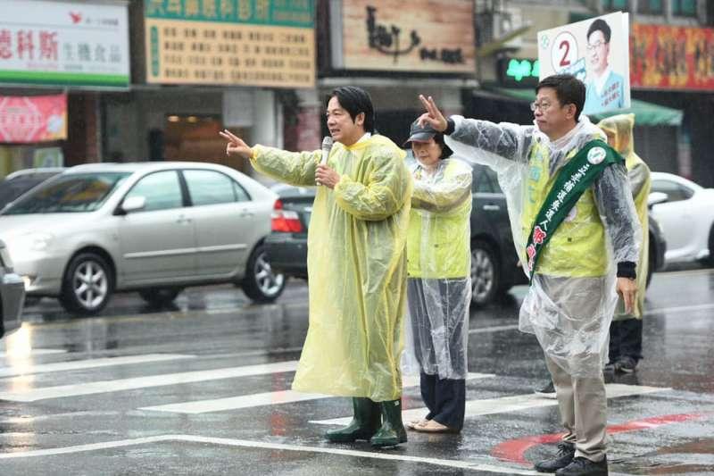 賴清德(左)從選前3周起直接站上前線,陪郭國文(右)掃街拜票,比自己過去選舉還累。(翻攝自賴清德臉書)