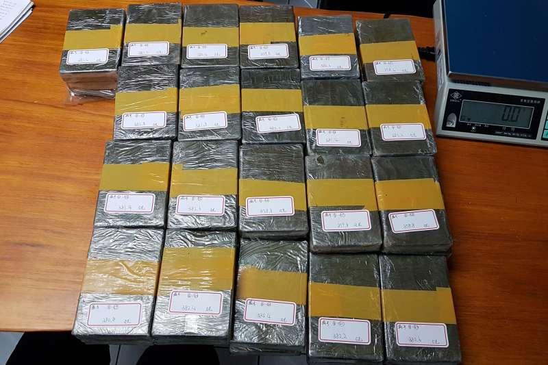 2019030-海委會海巡署偵防分署台北查緝隊、台北市警察局萬華分局會同多個單位,近日緝獲一級毒品海洛因磚76塊。(海巡署提供)