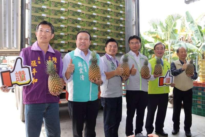 20190320-農委會主委陳吉仲(右三)20日於屏東產地召開記者會向各界說明外銷成果,並啟動鳳梨外銷平台。(取自農委會網站)