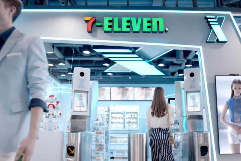 統一超商去年首度推出無人商店,一開始吸引很多民眾嚐鮮,不過,無人商店旁仍有間門市,大多消費者仍到有店員服務的門市。(圖/取自youtube)
