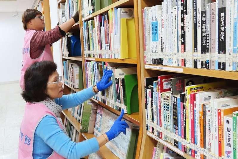 和媽媽一起在新北圖書館金山分館擔任志工的唐寶寶小弘,總是推著書車,穿梭在書庫中,專注認真的讓圖書館架上的每一本書都能整齊歸位,一點都不馬虎。(圖/新北市立圖書館提供)