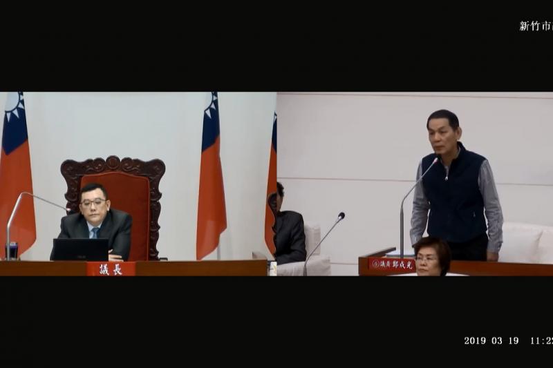 新竹市議會19日召開臨時會,多黨議員唇槍舌戰,針對議程安排隔空駁火。左為議長許修睿、右為議員鄭成光。(取自Youtube議會質詢影片)