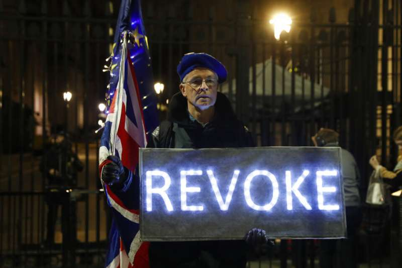 英國反脫歐支持者在國會外舉牌抗議。(AP)