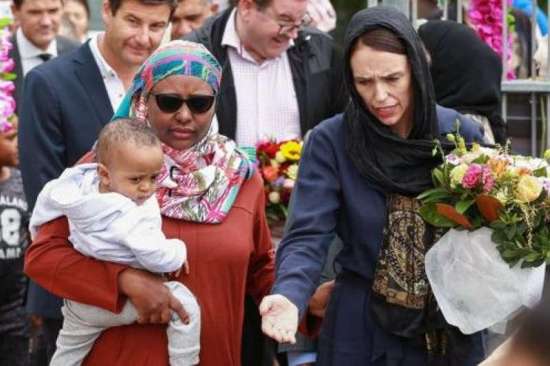紐西蘭總理雅頓(Jacinda Ardern)在清真寺探望悼念者。(BBC中文網)