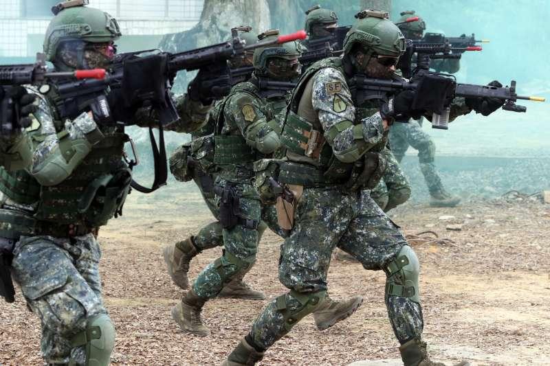 20190321-陸軍特戰指揮部特4營近期展開500公里大行軍,20日邀請媒體採訪訓練內容,觀察發現,除一般特戰官兵外,其中還藏有幾位來自高空特種勤務中隊的人員,他們身上的臂章(中),明顯和多數特戰官兵(右)不同。(蘇仲泓攝)