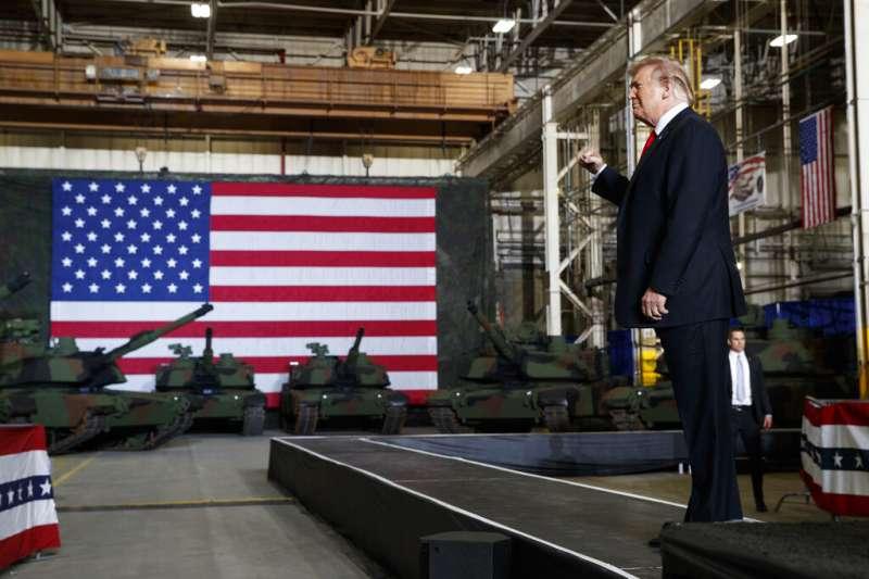 川普20日視察俄亥俄州的聯合系統製造中心,一旁是迷彩M1A2艾布蘭(Abrams)戰車。(美聯社)