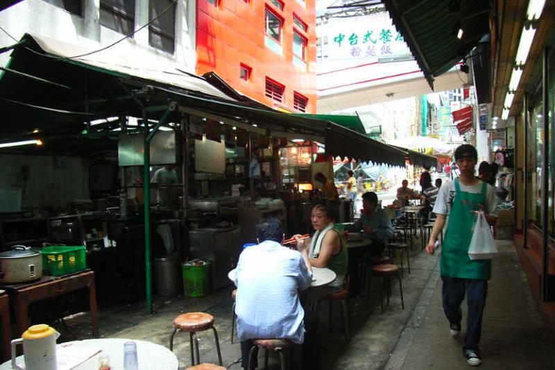 在中環士丹利街的大牌檔,可見半露天的用餐環境。(取自維基百科)