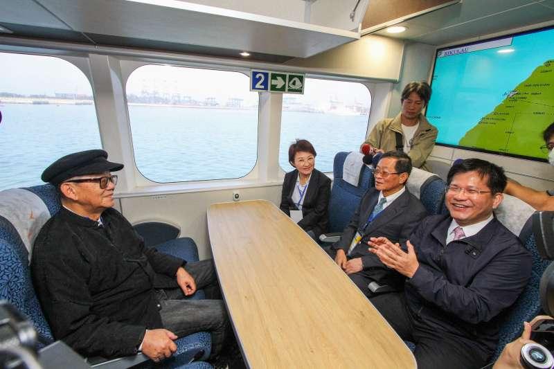 20190322-交通部長林佳龍與台中市長盧秀燕前往雲豹輪內部參觀。(取自台中市政府)