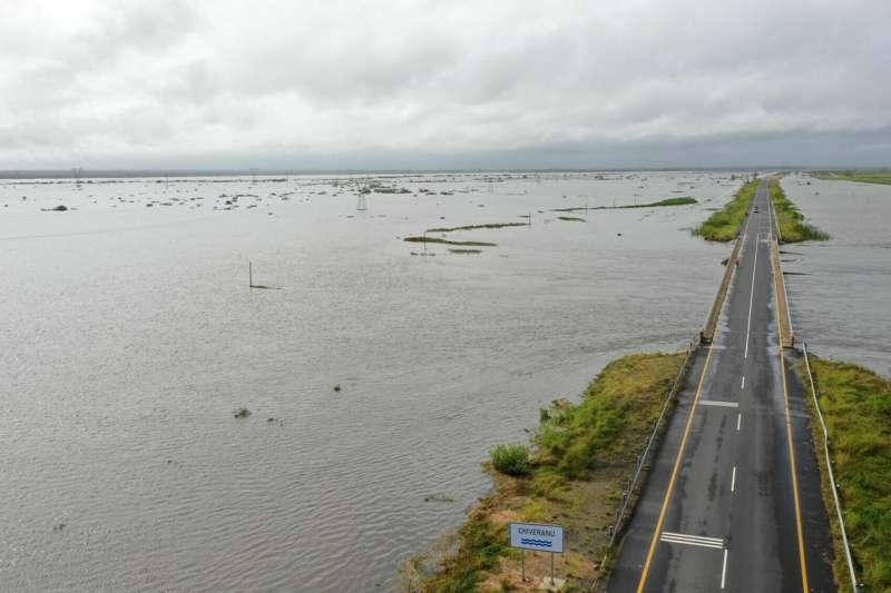 洪水中少數可通行的道路。(AP)