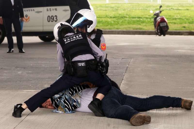 20190322-台北市警察局22日在大直橋下,進行「快打部隊壓制聚眾鬥毆實戰演練」。(蘇仲泓攝)