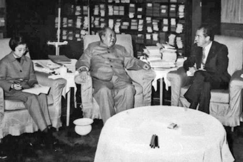 1972年,美國總統尼克森和國務卿季辛吉訪問北京,與中國領導人毛澤東和周恩來會談。(BBC)