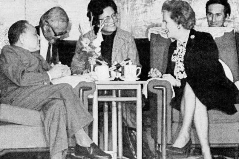 兩國領導人都蹺腿而坐,與身後工作人員的面部表情,顯示出會談輕鬆的氣氛。(BBC)