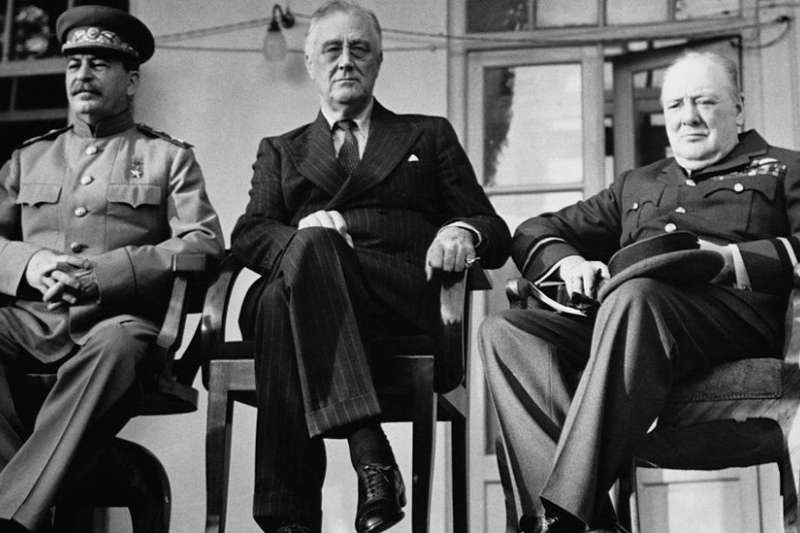 蘇聯領導人史達林(左)、美國總統羅斯福(中)、英國首相邱吉爾(右)1943年底在德黑蘭聚會,商討盟軍對德國戰略。(BBC)