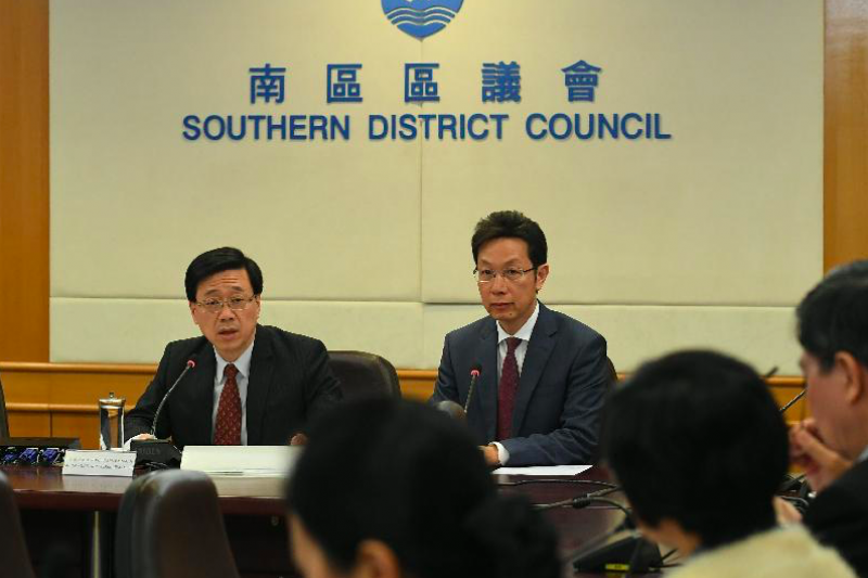 圖左為香港保安局局長李家超。(取自香港特別行政區新聞快報)