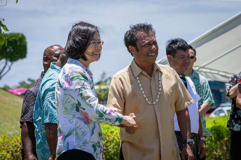 總統蔡英文進行海洋民主之旅,她來到帛琉與該國總統雷蒙傑索合照。(總統府提供)