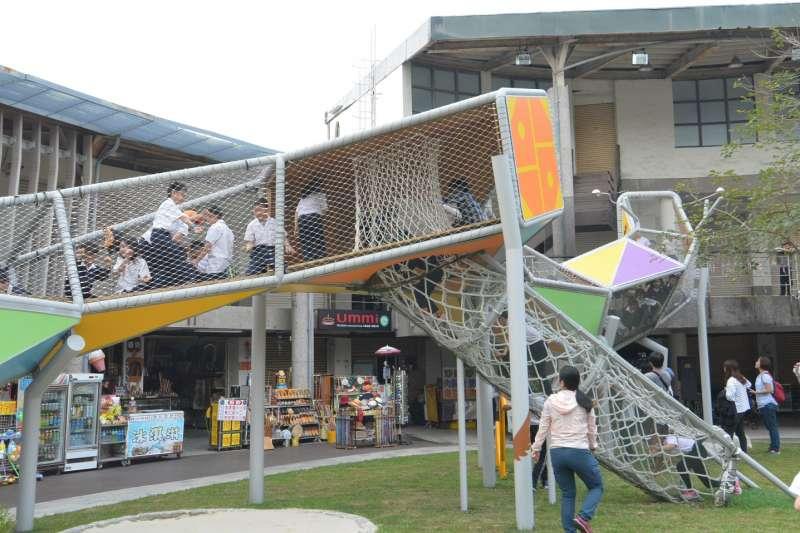 八卦龍兼具藝術設施及遊憩功能,讓公共藝術不再是生冷的設施。(圖/彰化縣政府提供)