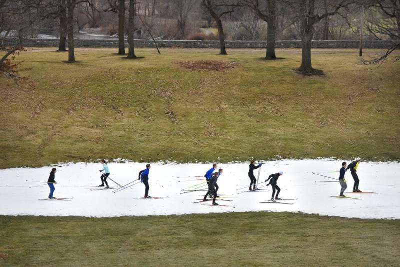 明尼蘇達州氣候異常,戶外溜冰場或結冰的湖面有時也因為冰層太薄太軟而無法使用。(AP)