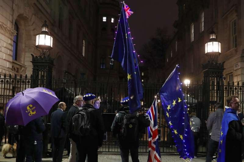 脫歐派與留歐派民眾在唐寧街10號外相互叫陣。(美聯社)